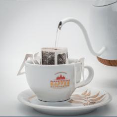Kaffee mit heißem Wasser übergießen